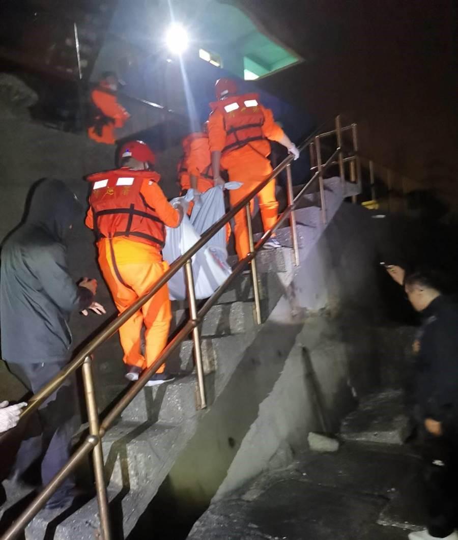 海巡隊獲報協和電廠出海口發現一具大體,打撈後比對,確認是大年初三在基隆白燈塔一帶落海的張姓釣客。(游昊予翻攝)