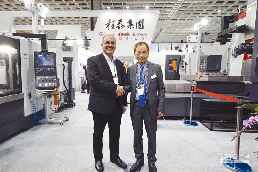 程泰集團董事長楊德華(右),在台北工具機展與來自美國的客戶合影。圖/黃俊榮