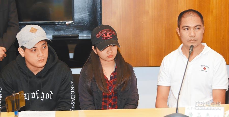 育達科大遭爆涉嫌透過仲介招攬菲律賓學生來台攻讀碩士,並私下訂立非法打工契約。圖為出席的菲籍受害學生Raymark(左起)、Trixie與Joel。(季志翔攝)