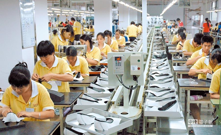 人大發言人張業遂表明,《外商投資法》將一體適用港澳台商。圖為廣西一家台資企業的工人在生產線上工作。(新華社)