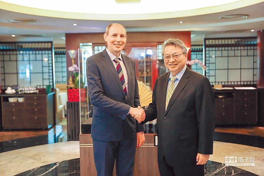 台中市副市長令狐榮達(右)4日與國際園藝生產者協會(AIPH)秘書長提姆.普瑞克利夫舉行會議,雙方獲共識。(盧金足攝)