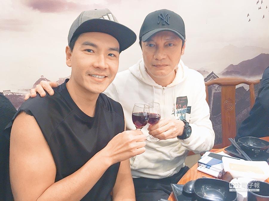 王傳一(左)與偶像羅嘉良在《東宮》飾演父子。飲酒過量有害健康
