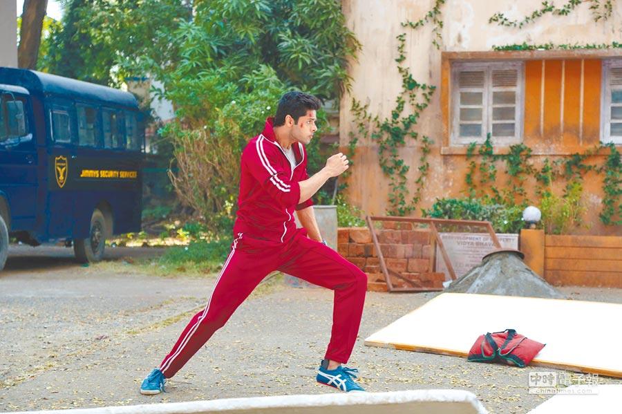 主角服裝靈感來自李小龍,打鬥時邊說自白則取材於成龍功夫喜劇。
