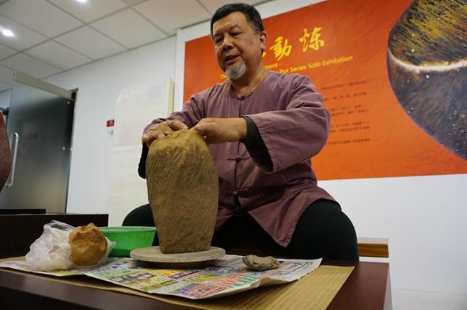 陶藝家林瑞華以「手捏盤條技法」示範創作「三稜罐」。(王文吉攝)