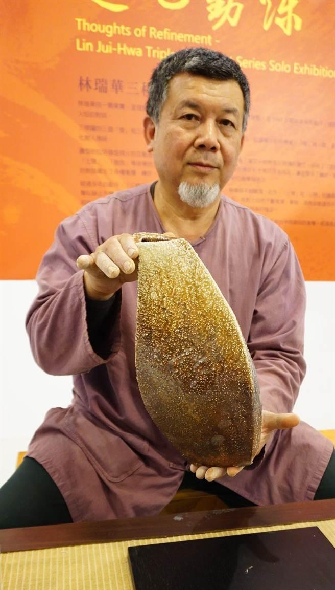 陶藝家林瑞華擅長「三稜罐」作品,器形超脫傳統圓體及對稱多角的形制。(王文吉攝)