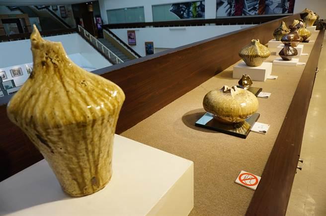 陶藝家林瑞華在葫蘆墩文化中心展出獨創的「三稜罐」系列作品。(王文吉攝)