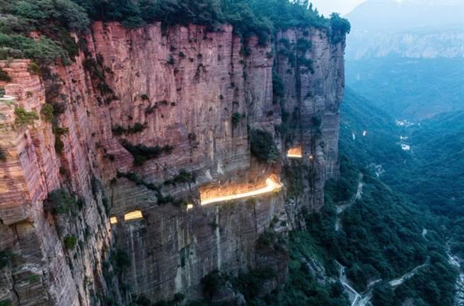 河南郭亮村的徒手鑿出的懸崖峭壁。圖:五福提供