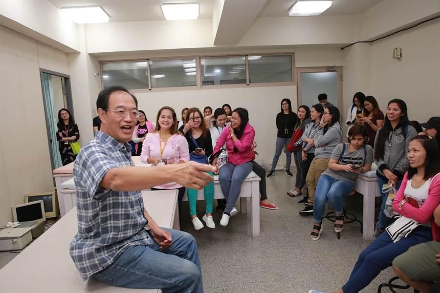 高雄大學運動健康與休閒學系副教授劉紹東(前左)與菲律賓籍移工互動。(林瑞益翻攝)