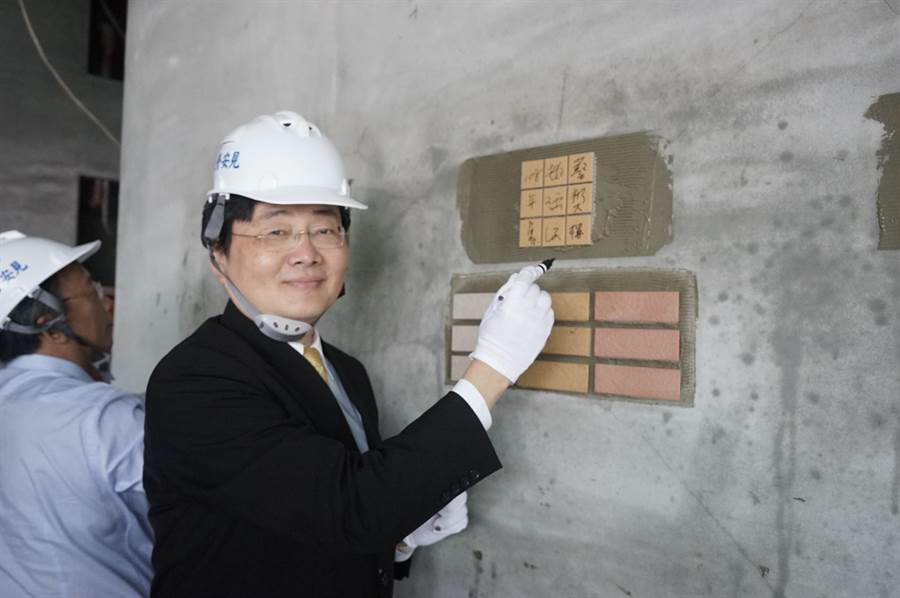 校長趙涵㨗在國立東華大學藝術學院留下簽名。