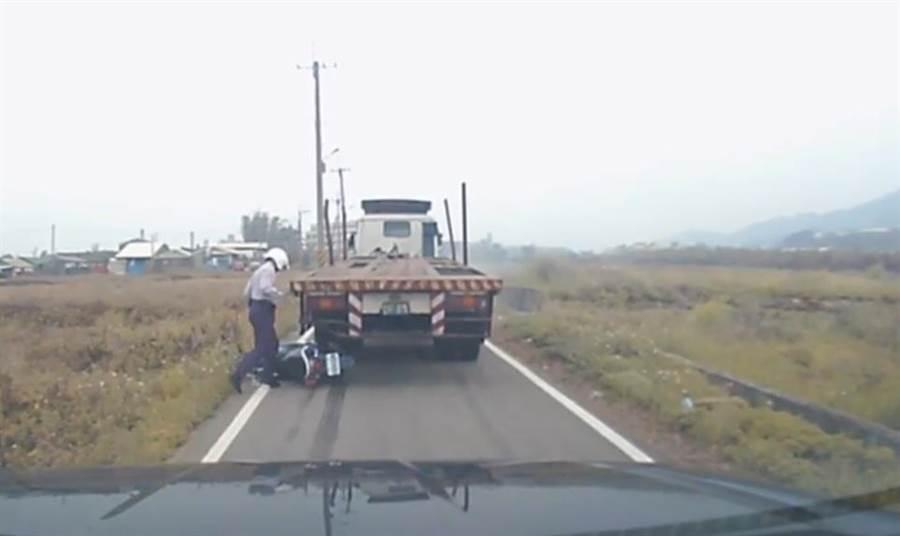 拖板車緊急煞車後,倒車衝撞警員機車,員警跳車拔槍對車子左後輪連開4槍。(張妍溱翻攝)
