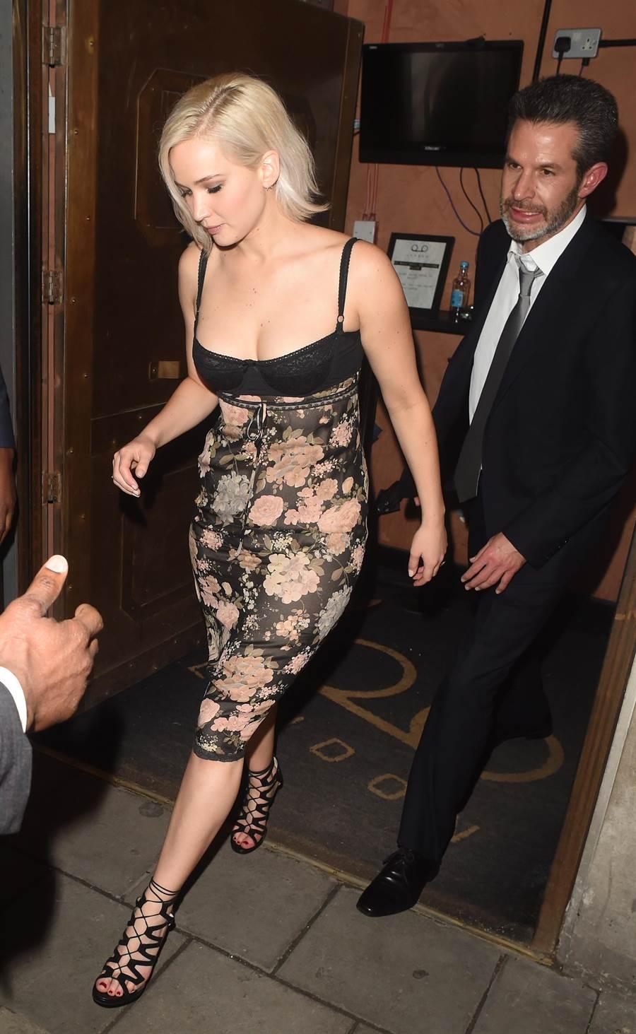 珍妮佛勞倫斯是JIMMY CHOO鐵粉,她倫敦穿低胸裝私人行程時,腳上就踩著DANI黑色綁帶高跟鞋。(CFP)