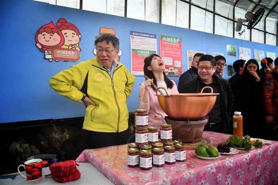 台北市長柯文哲(左)、市議員高嘉瑜(左2)。(中央社)