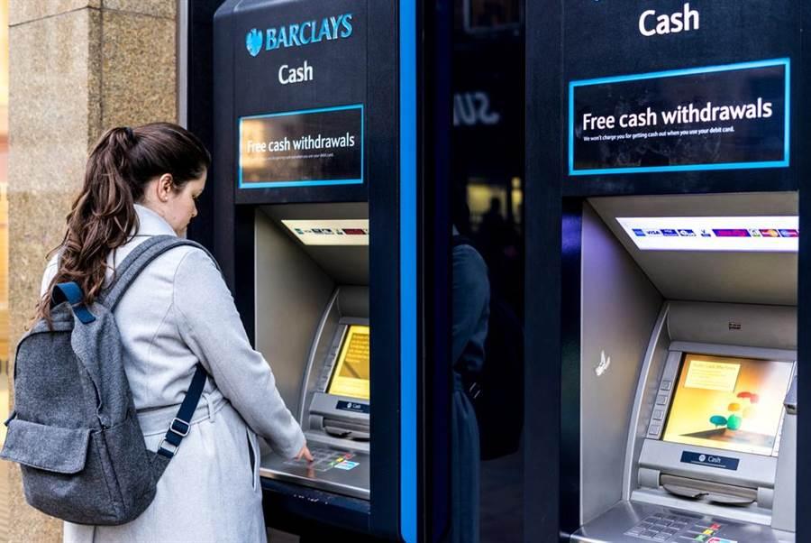 英國95個巴克萊銀行帳戶近月來陸續遭到凍結,其中多數為中國大陸赴英留學生所有,英國有關當局正以洗錢犯罪偵辦。(示意圖/shutterstock)