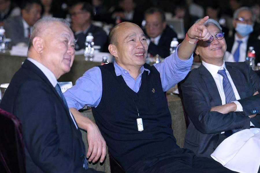 高雄市長韓國瑜(中)6日帶著相關局處首長,北上出席中華民國工商協進會理監事聯席會議,為工商界大老們簡報高雄投資環境並聽取建言。韓國瑜特地指著簡報內容向工商協進會理事長林伯豐(左)補充說明。(黃世麒攝)