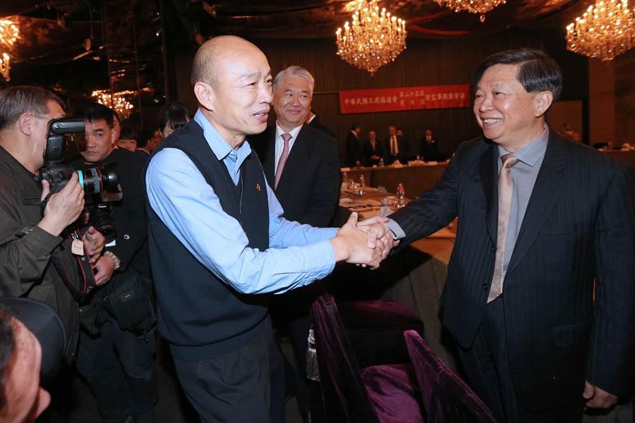 高雄市長韓國瑜(左)6日帶著相關局處首長,北上出席中華民國工商協進會理監事聯席會議,為工商界大老們簡報高雄投資環境並聽取建言。韓國瑜進入會場後,一一向出席的企業代表握手致意,歡迎大家到高雄投資。(黃世麒攝)