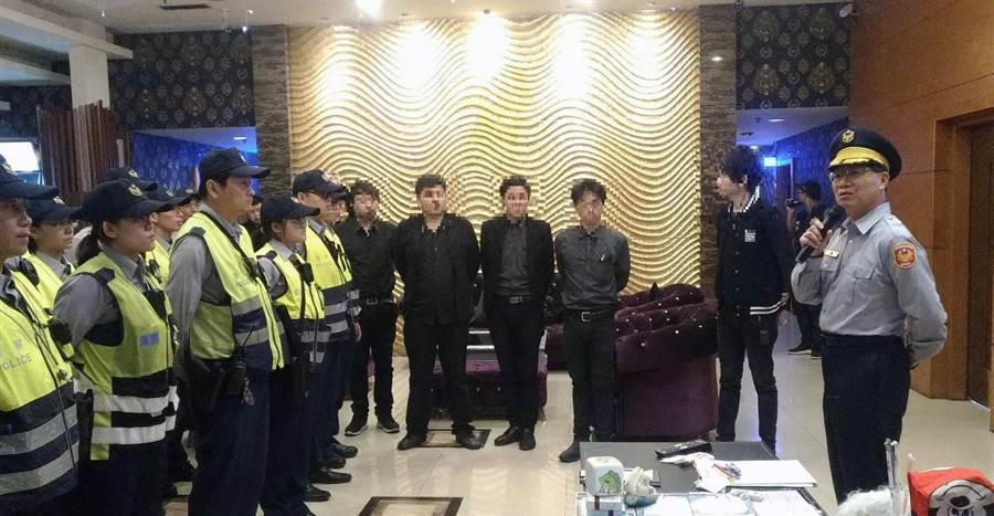 台南市警六分局長許坤田(右)帶隊前往轄區酒店加強臨檢,當眾向業者及員工傳達強力執法的決心。(洪榮志翻攝)