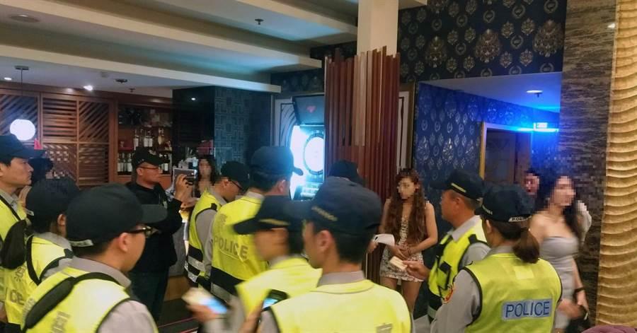 台南市警六分局強力臨檢轄區大型酒店。(洪榮志翻攝)