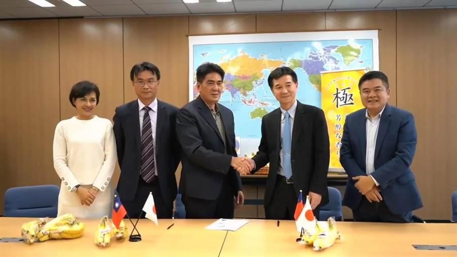 旗山果菜運銷合作社理事主席郭文明(左3)與日本Wismettac社長辻川弘(右2)簽訂為期3年,總採購量9000公噸、總值4.3億元的香蕉外銷合約。(農委會臉書專頁截圖)