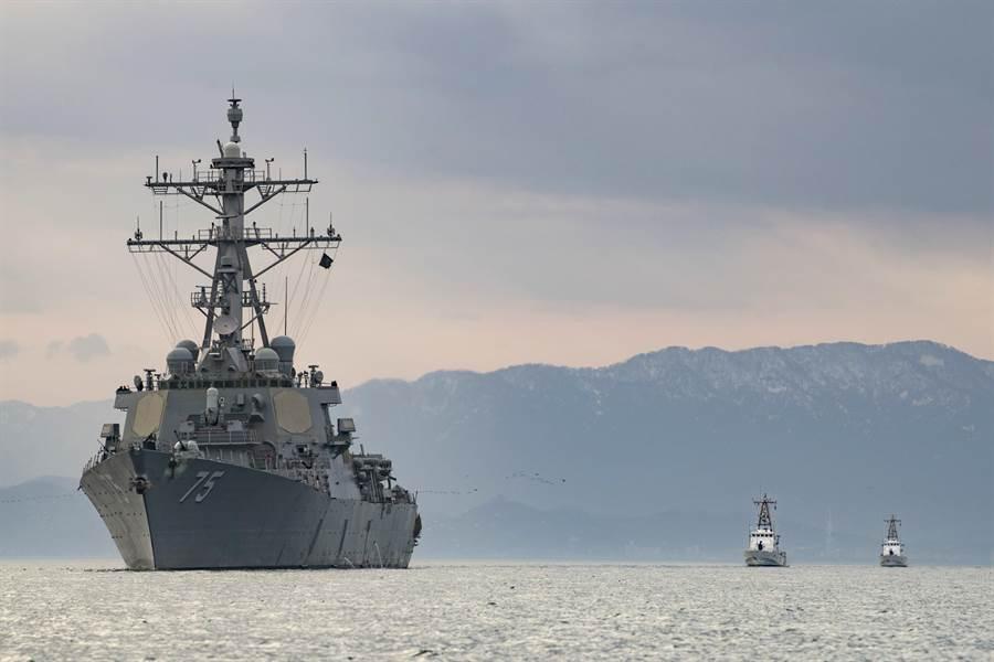 2019年1月美國海軍柏克級神盾艦唐納庫克號在黑海與喬治亞共和國海岸巡防隊進行演習。(圖/美國海軍)