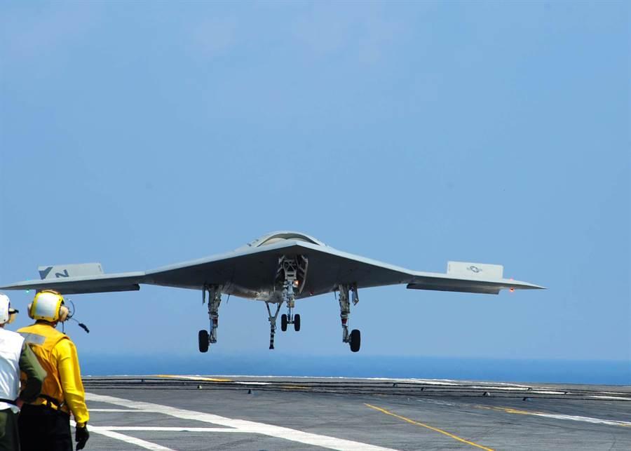 美軍無人駕駛戰機X-47B在羅斯福號航空母艦上起飛,美海軍希望能重新研發專為航母使用的艦載型無人戰機。(圖/美國海軍)