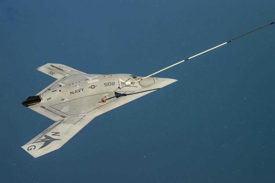 美軍希望艦載型無人戰機航程可以超過1000海里以上,如果再進行空中加油,航程可以比中短程彈道導彈射程更長。圖為X-47B無人戰機進行空中加油。(圖/美國海軍)