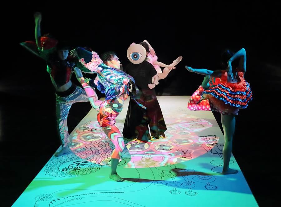 眼球先生最新劇場作品「260號房」6日進行彩排,260號房是一場結合「繪畫、戲劇、舞蹈」等元素的實驗性演出,創造出給觀眾有如觀賞超現實畫作的感受。(鄭任南攝)