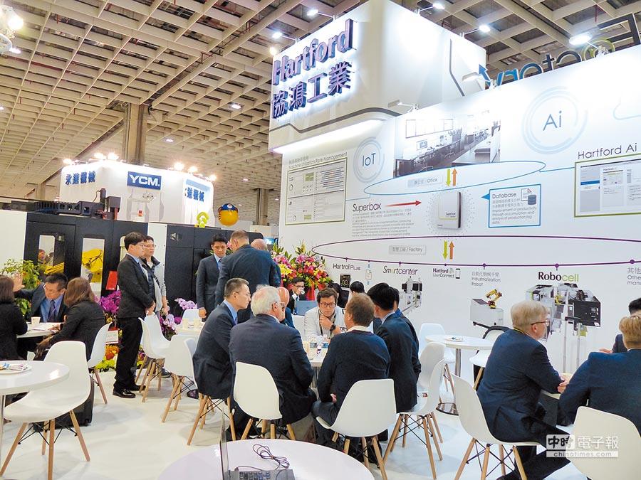 協鴻在今年台北國際工具機展秀出最頂尖的智慧生產線與工具機,吸引國外買主紛紛湧入洽談與採購。圖/莊富安