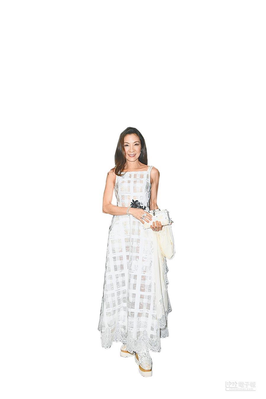 楊紫瓊出席SHIATZY CHEN秋冬在巴黎的時裝大秀,身上的白色紗線洋裝飾有蕾絲營造閃爍質感。(SHIATZY CHEN提供)