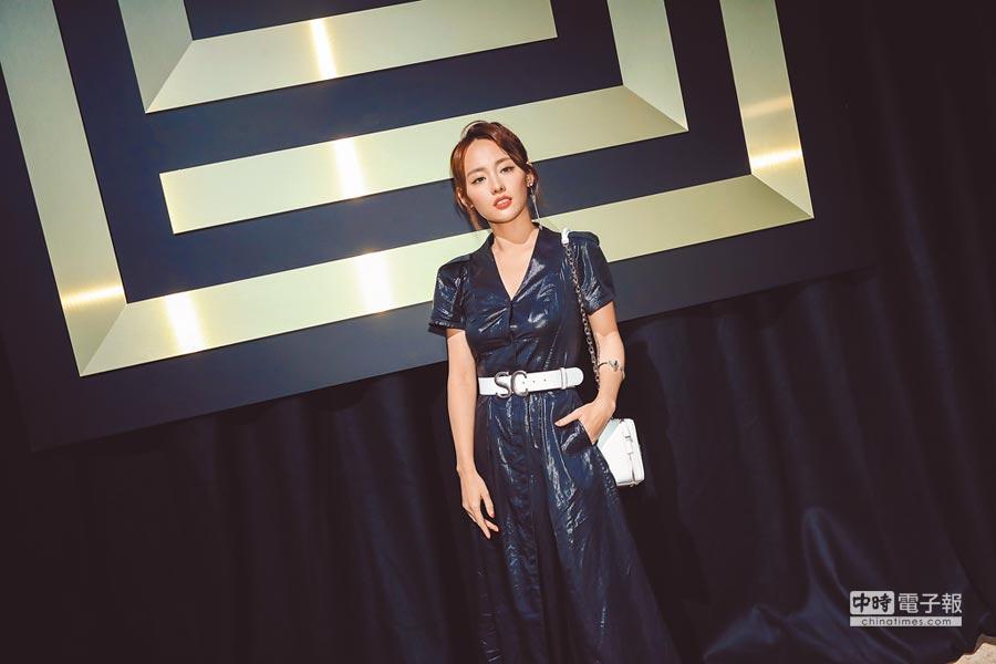 張嘉倪挑戰SHIATZY CHEN深藍色光澤感布料製成的連身褲裝,展現率性高冷性格面。(SHIATZY CHEN提供)