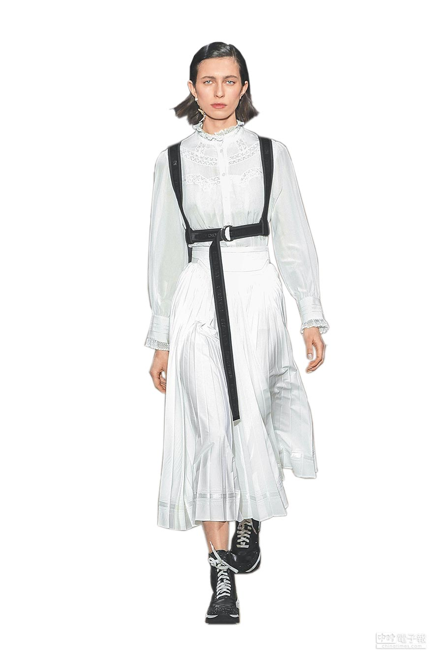 SHIATZY CHEN將苗族背兒帶的繫帶設計結合洋裝,讓柔美洋裝多了潮流運動氣息。(SHIATZY CHEN提供)