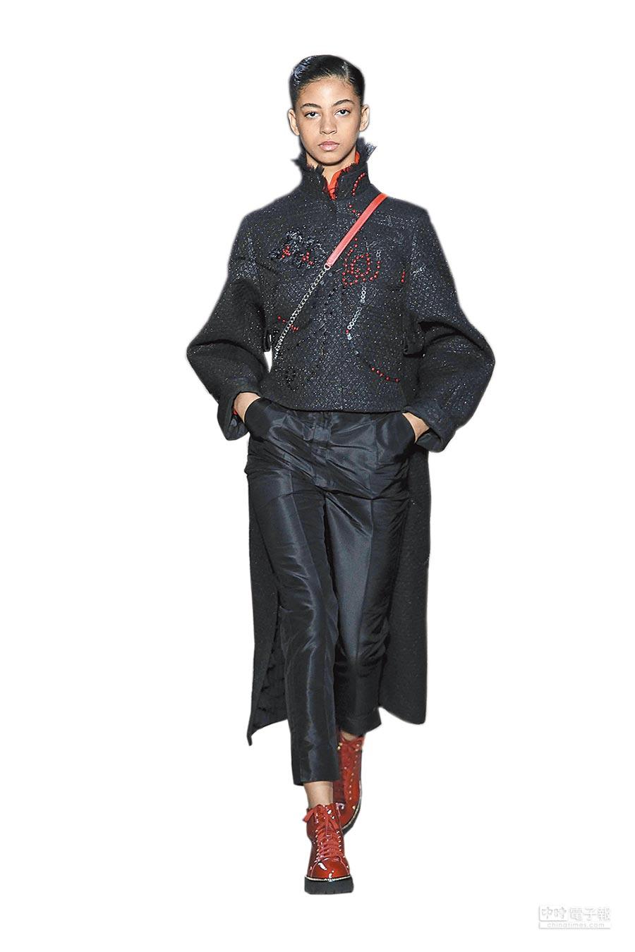 SHIATZY CHEN大玩異族文化,鳳凰、生命之花等神話圖騰塗鴉都成為服飾印花。(SHIATZY CHEN提供)