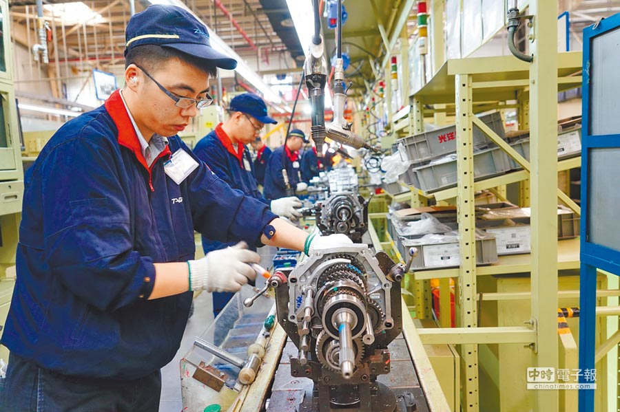 大陸擴大減稅,造福製造業。圖為唐山一家汽車變速箱生產企業工人在工作。 (新華社)