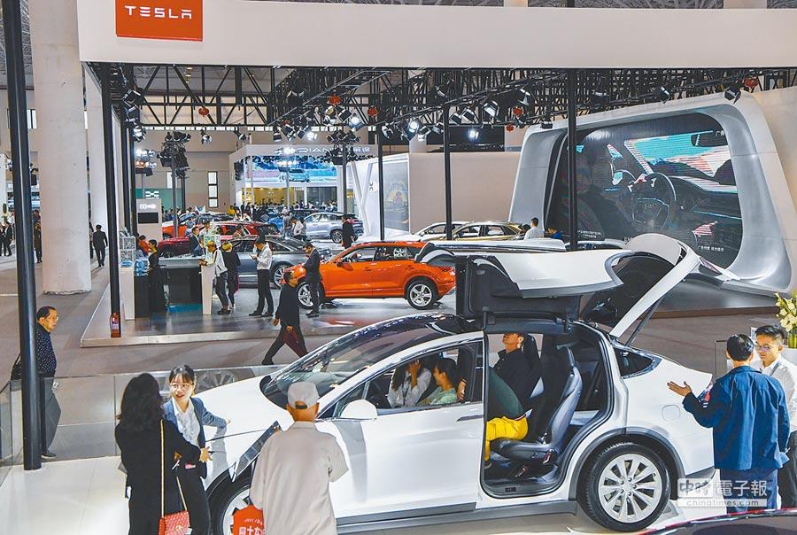大陸政府工作報告藏新能源車等10大投資機會。圖為海南民眾參觀新能源車展。(中新社資料照片)