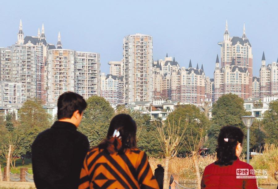 大陸今年GDP增速預期目標為6%-6.5%。圖為成都市民從一排新建大樓前經過。(中新社)