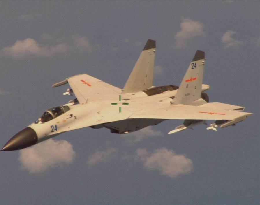 美軍海神反潛巡邏機巡航南海島礁時,曾遭到中共軍機的攔截。圖為被巡邏機拍攝到的中共軍機照片。(圖/美國海軍)