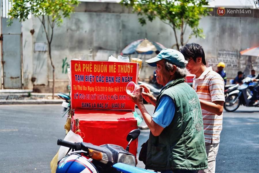 父路邊賣咖啡!賣房住旅店供兒留學:她們不曾回來(圖翻攝自/tinnhanh60)