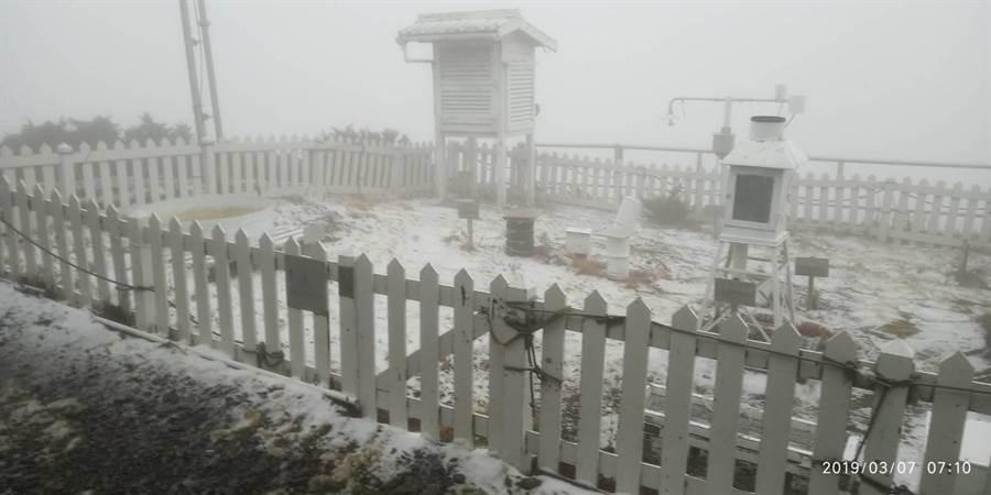強烈大陸冷氣團來襲,且水氣豐沛,玉山今天2點多下雪。(圖/氣象局提供)