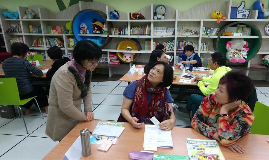 台中市家庭教育中心7日舉辦自我探索與人際關係團體諮詢輔導課程,藉此增進志工輔導諮詢的專業服務品質。(陳世宗翻攝)