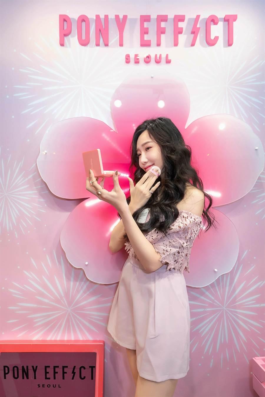 活動大使許允樂化身韓國梨花妹,示範最走心韓系「梨花妝」。(圖/品牌提供)