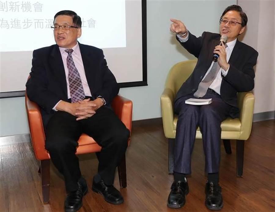 前行政院長張善政(右)與前資策會董事長黃河明(左)7日舉行一場午餐對談會,針對「如何以科技促進社會創新」為題,各自發表看法與建議。(季志翔攝)