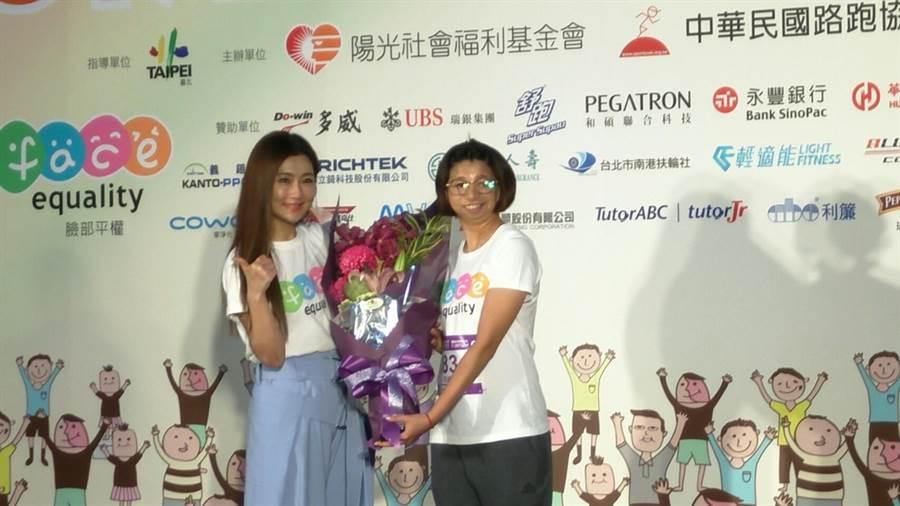 天后Selina任家萱(左)力挺臉部平權運動,支持球后范榮玉(右)參加國道馬拉松挑戰半馬賽程。(黃邱倫)