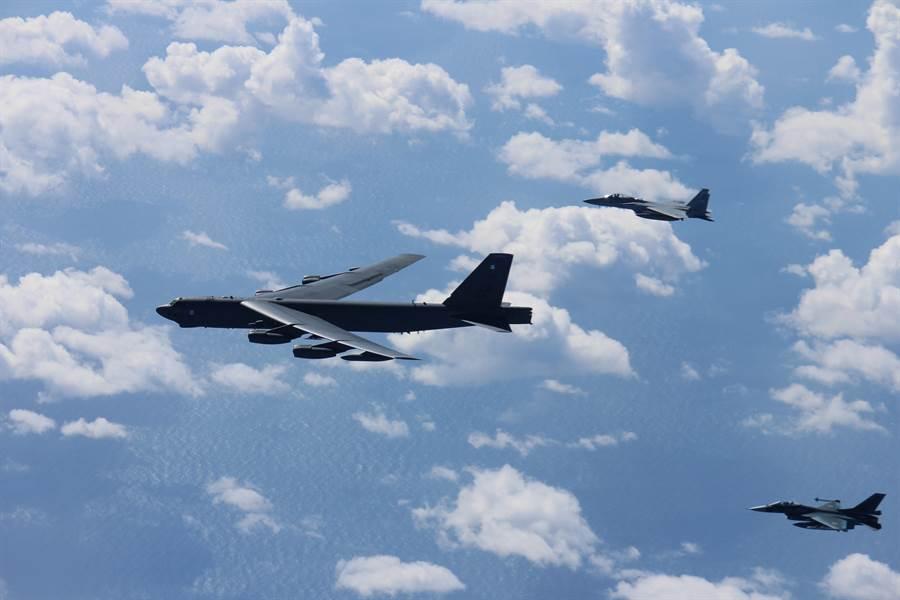 美軍B-52H轟炸機例行性前往東海與南海巡航,頻率逐漸升高。圖為B-52H巡航至日本海域時由日本航空自衛隊派戰機護航。(圖/美國空軍)