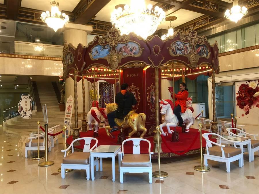 圖說:海灣藝術酒店大廳內,設置大型旋轉木馬,提供民眾、房客搭乘或拍照。(圖/劉朱松)
