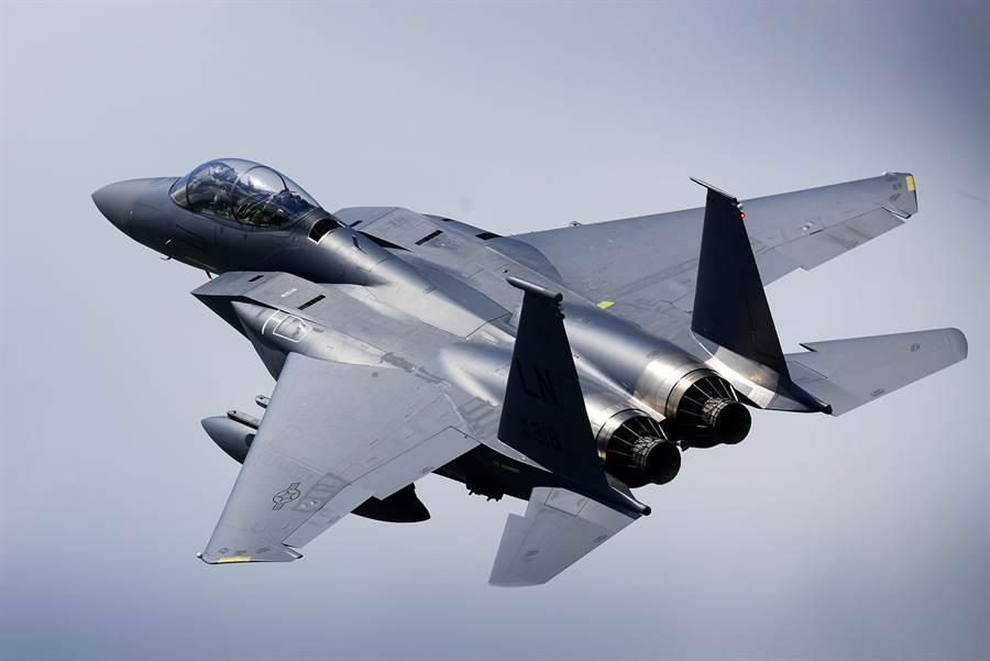 美空軍撤回所有在中東的F-22戰機返國整備,另派F-15C戰機取代。圖為F-15C鷹式戰機。(圖/美國空軍)