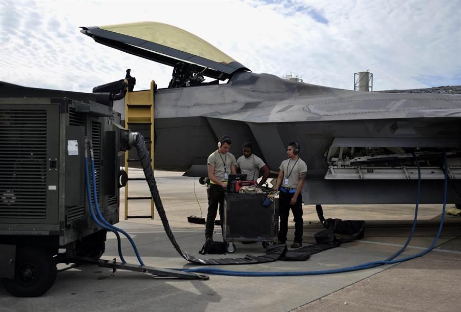 在中東執勤的F-22隱形塗層受到沙漠氣候的嚴重挑戰,圖為美空軍廷德爾基地的工程師正以電腦為F-22進行檢測與維修。(圖/美國空軍)