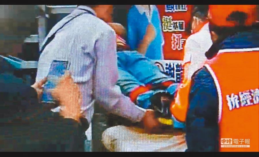 吳男與妻子吵架後攜刀爬上謝龍介宣傳車,6日清晨被服務處人員發現昏迷在車上,報警並送醫。(曹婷婷翻攝)