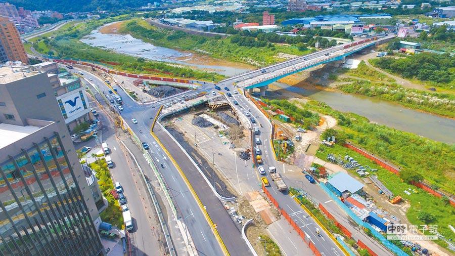 柑城橋改建工程中,原計畫新建匝道通往土城工業區中山路,卻因工業區廠商協進會反彈,導致工程無法進行。(許哲瑗翻攝)