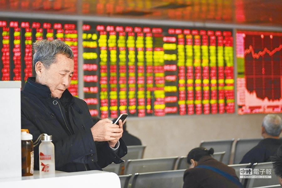 3月6日,滬指報3102.10點,漲1.57%。圖為成都某證券營業廳內的股民關注大盤。(中新社)