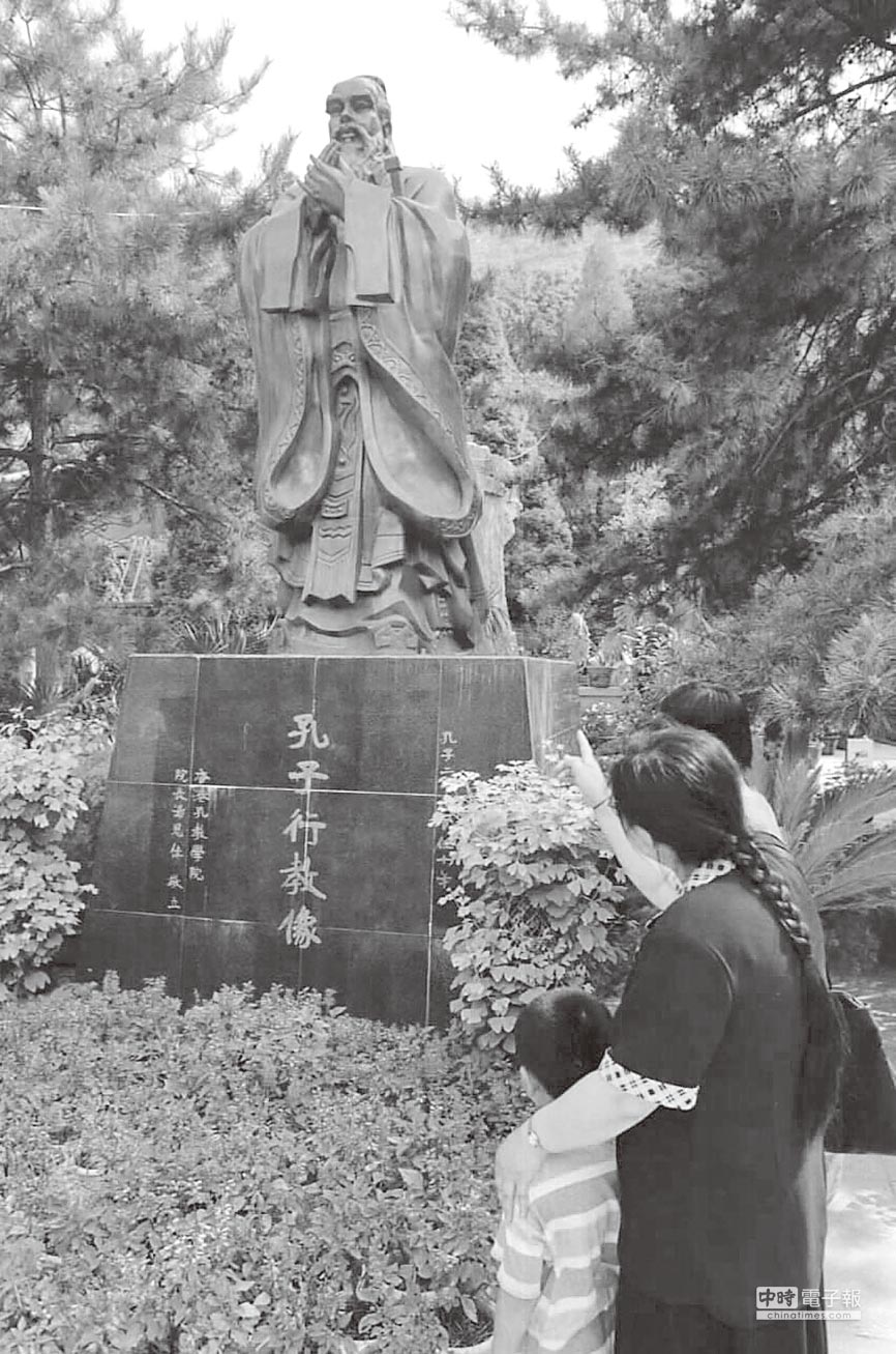 位於蘭州的一座孔子銅像。(新華社資料照片)