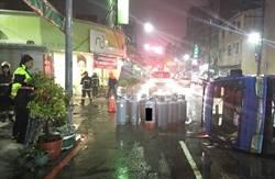 太恐怖!小貨車翻覆 整車瓦斯桶滿街滾